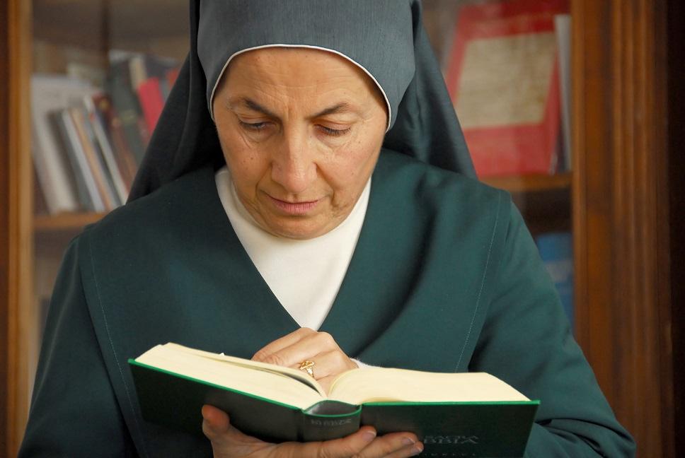 la Madre con la Bibbia